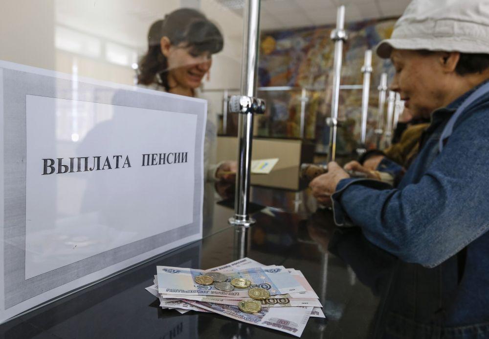 Выплаты пенсий во многих местах уже происходят в российской валюте.