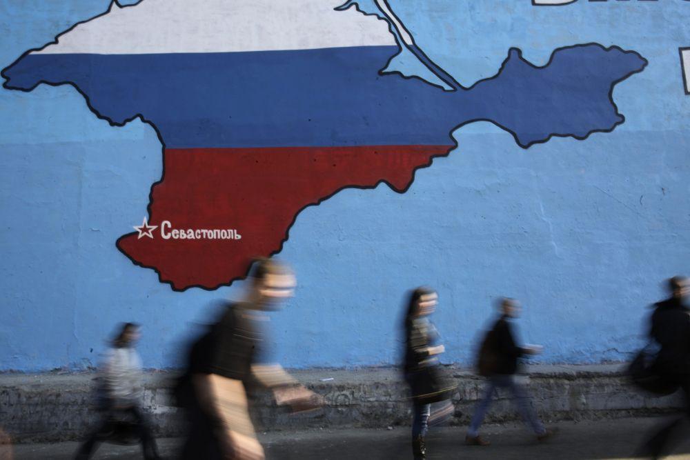 Постепенно объёмы российской валюты в Крыму будут увеличены, а увеличение количества точек по приёму заявлений разгрузит очереди. Крым постепенно вступает в новую жизнь.