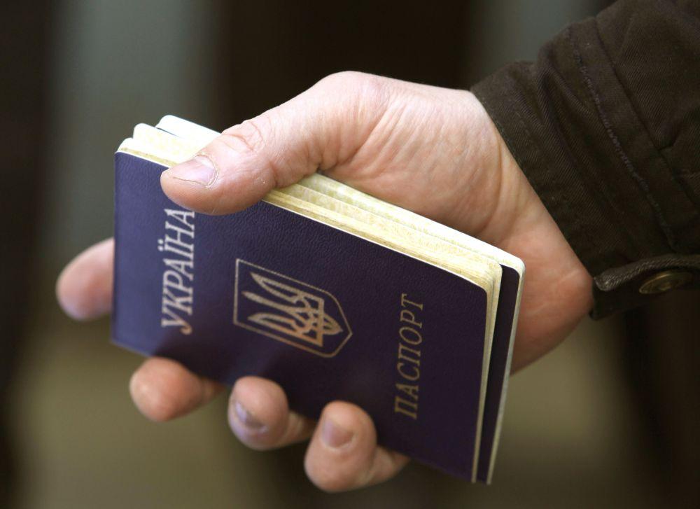 Вместе с этим множество людей обратились в паспортные столы для получения российского гражданства и соответствующих документов.
