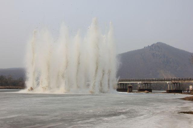 Подрыв льда на реках Приморья