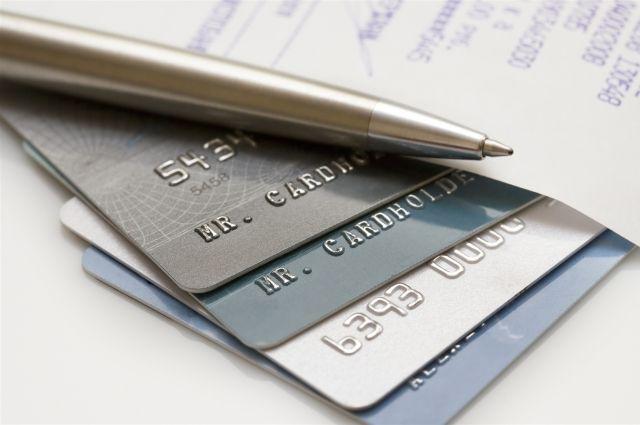 Сотрудница банка сняла деньги со счёта клиента.