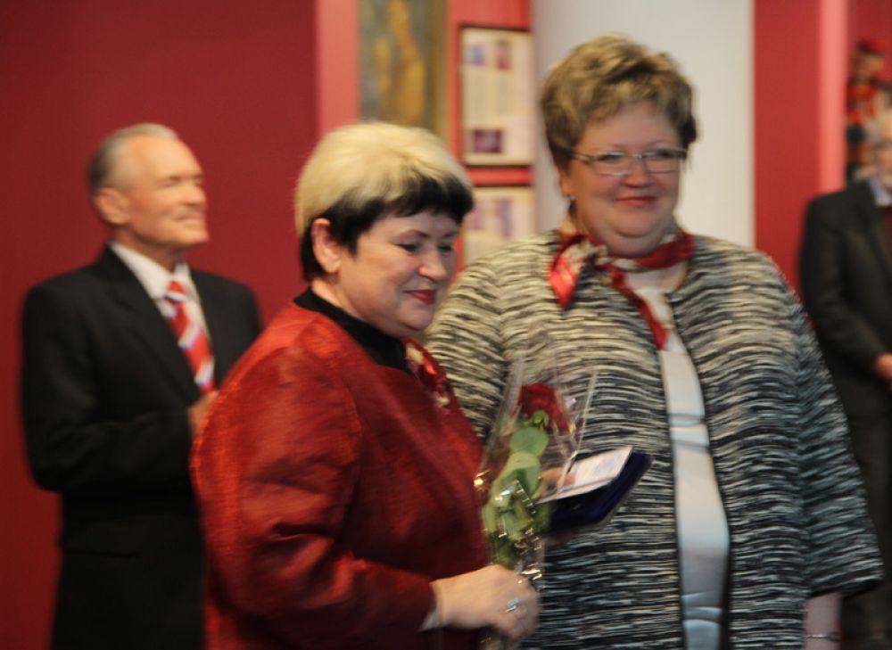 Пользуясь случаем, Татьяна Ившина наградила сотрудников учреждений культуры