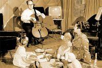 Оперная певица Галина Вишневская и Мстислав Ростропович, дома с дочерьми. 1959 год.