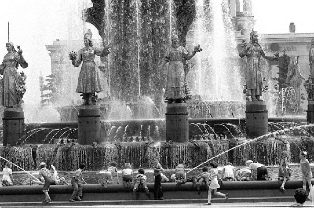 Экскурсия 1 «Б» класса 81-й московской школы, фонтан «Дружба народов», 1982 год.