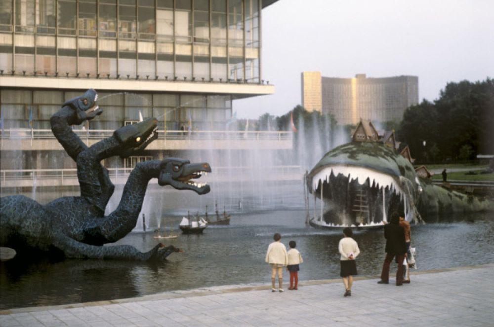 Фигуры сказочных персонажей в рамках выставки «60 лет советского кино», 1979 год.