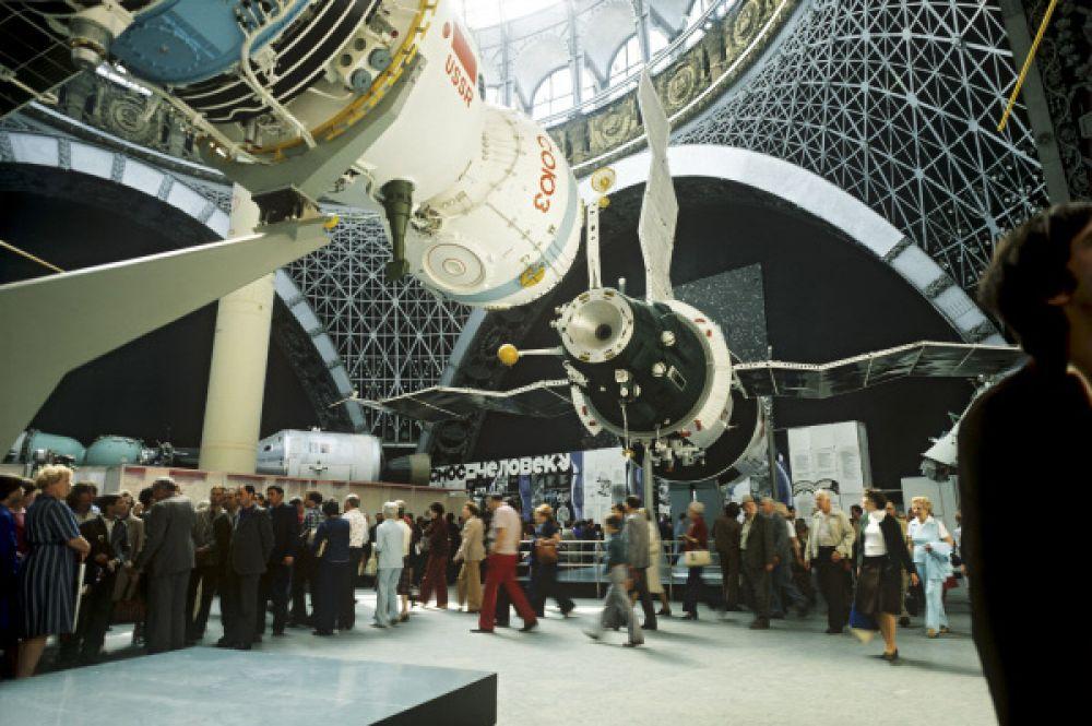 Космические корабли «Союз» и «Салют» в павильоне «Космос» на ВВЦ, 1978 год.
