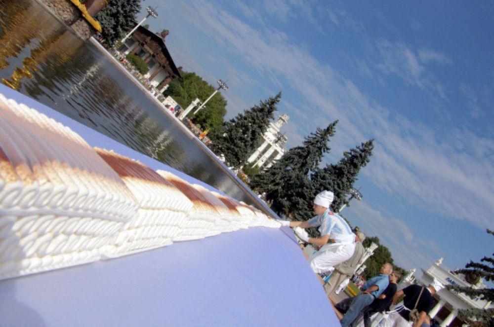 Рулет из мороженого длиной 240 метров на парапете фонтана «Дружба народов», 2005 год.