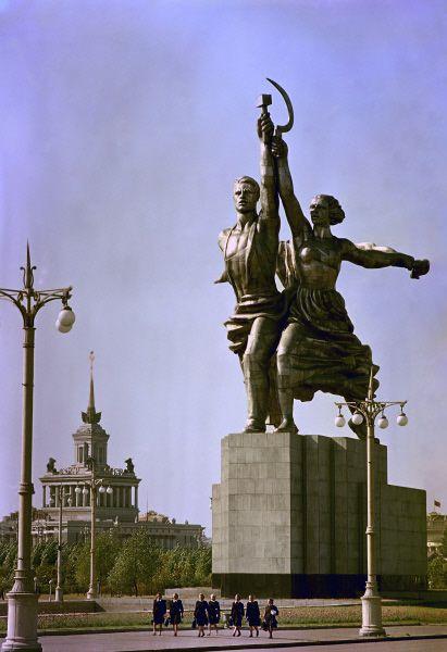 Скульптура Веры Мухиной «Рабочий и колхозница» у входа на территорию выставки, 1961 год.