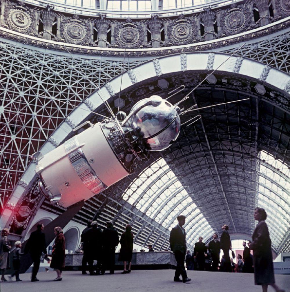 Макет космического корабля «Восток» в павильоне «Космос», 1965 год.