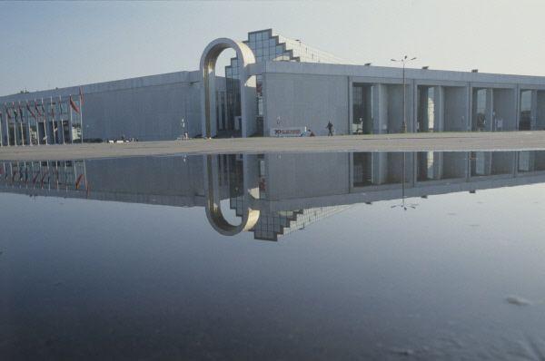 Здание павильона «Товары народного потребления и услуги населению», ВВЦ, 1993 год.