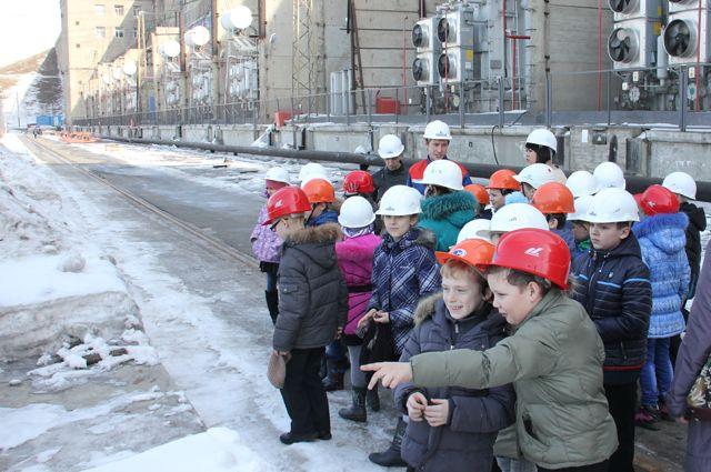 Иркутские школьники увидели как работает одно из самых больших сооружений Иркутской области.