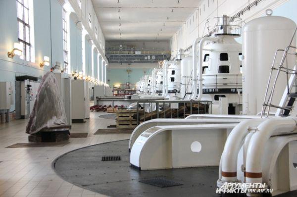 Машинный зал иркутской ГЭС.