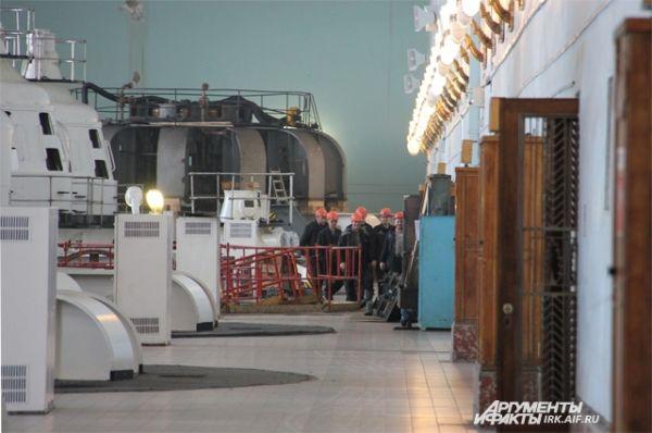 Человек в залах ГЭС выглядит очень маленьким.
