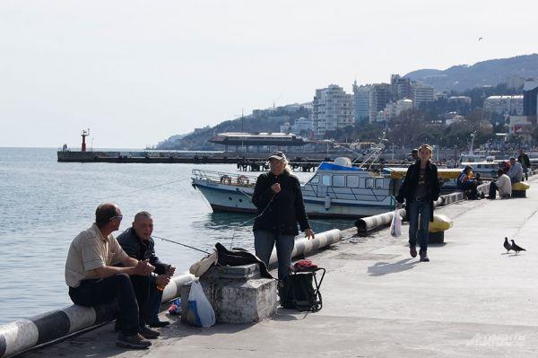 Ялтинские рыбаки. Предлагают прохожим купить только что выловленную из моря рыбу.