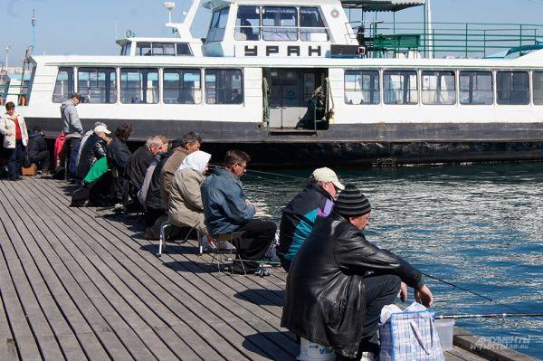 Севастополь. Рыбалка на пирсе морского вокзала.