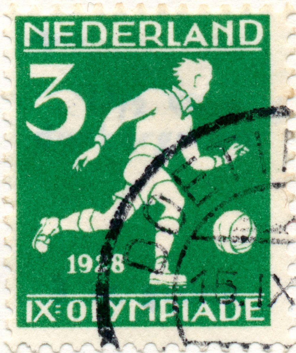 В 1928 году в Голландии была выпущена серия марок на спортивную тематику. Релиз блоков был приурочен к проходившим тогда в Амстердаме Олимпийским играм. В родных стенах сборная Голландии проиграла в первом раунде будущим «золотым» медалистам – команде Уругвая. Впрочем, по итогам турнира Нидерланды всё-таки получили в футболе «бронзу».