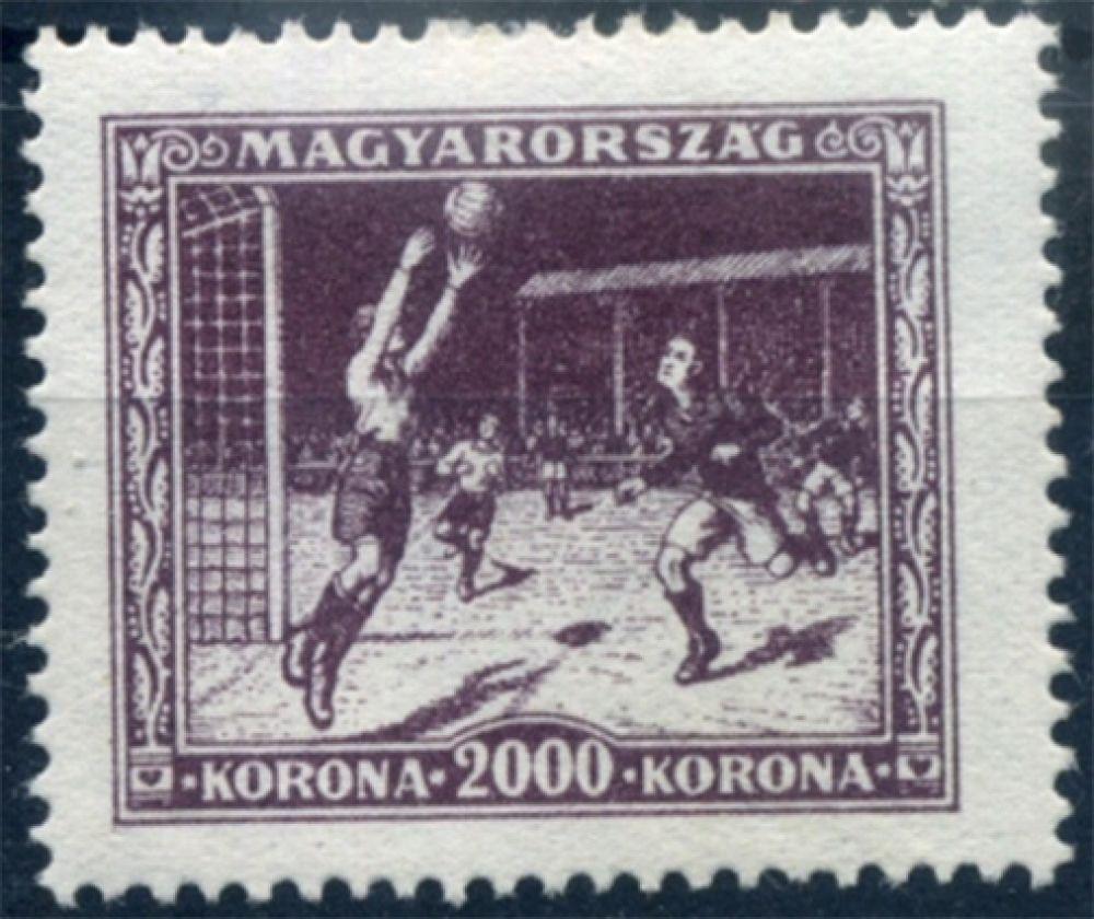 К той же Олимпиаде 1928 года в Венгрии был выпущен марочный блок – он увидел свет тремя годами ранее. На одной из восьми марок также были изображены футболисты, однако на сам турнир венгры не попали, уступив в отборочном раунде команде Египта.