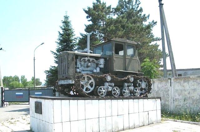 Трактор ДТ-54 для многих является символом эпохи освоения целины. Во многих регионах установлены такие памятники.