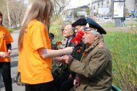 Волонтеры не забывают поздравлять ветеранов с Победой.