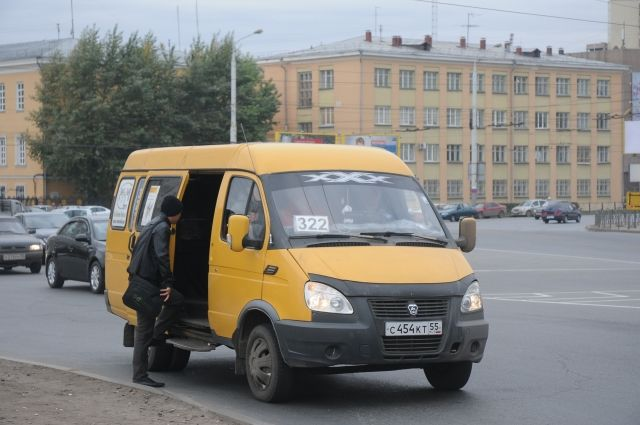 В Омске произошло столкновение маршрутки и «Оки».