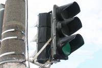 В центре Омска ремонтируют светофор.