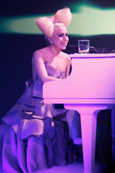 К концу 2009 года Леди Гага была занесена в Книгу рекордов Гиннесса как самая популярная женщина по количеству поисковых запросов в Интернете, опередив бывшего губернатора Аляски Сару Пэйлин.