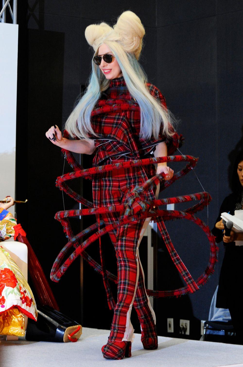 Затем певица вынуждена была сделать перерыв в карьере из-за обострившегося синовита и перенесла операцию. Однако уже в 2013-м она вернулась с альбомом Artpop.