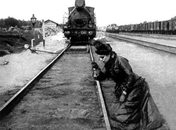 Попытки экранизировать «Анну Каренину» начались в 1910 году – первый фильм был снят в Германии. Однако сейчас он, как и российская версия 1911 и французская от 1912 года, считается утраченным. Самой старой из сохранившихся лентой об Анне Карениной является фильм Владимира Гардина 1914 года. Главную роль исполнила Мария Германова.