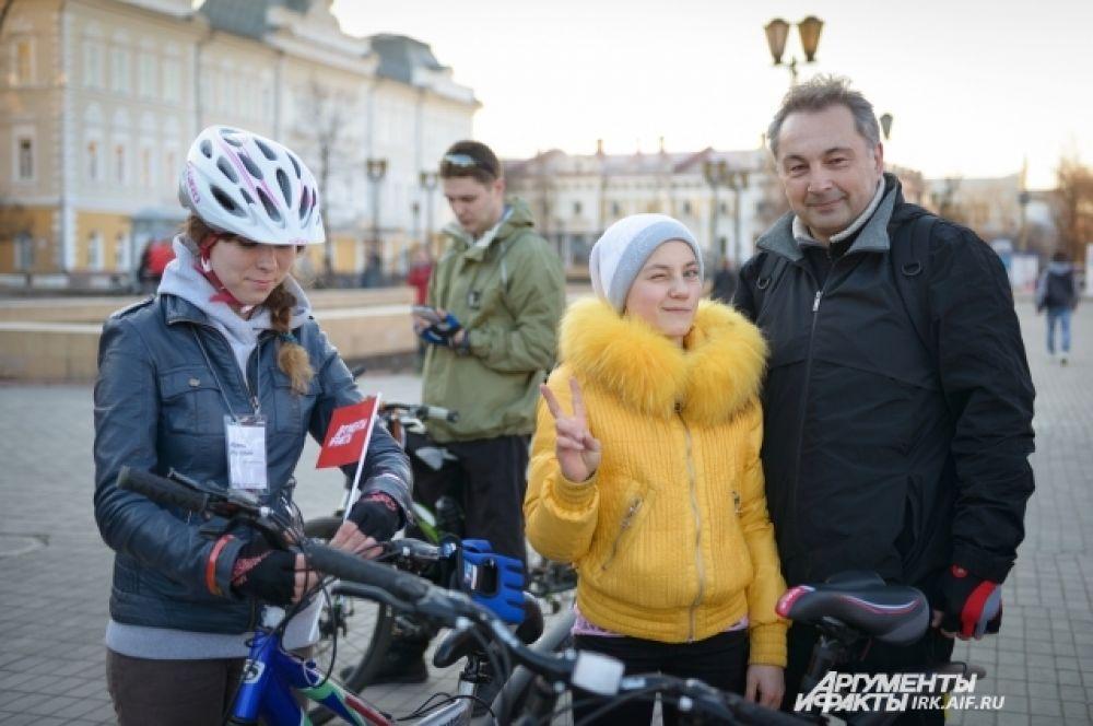 Поучаствовать пришли люди самого разного возраста. На фото чемпионка Иркутской области по бальным танцам (в желтой куртке).