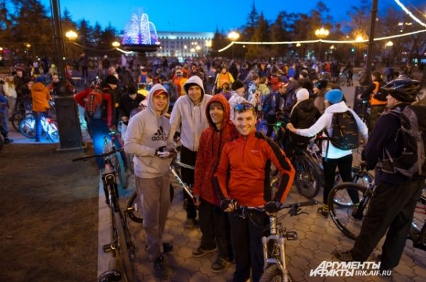 Велосипеды заполнили площадь у фонтана.