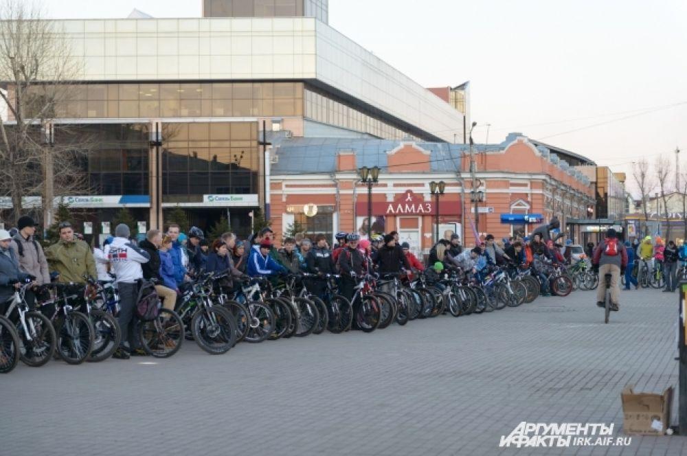 На старт по оценкам организаторов, выехало более 210 велосипедистов.