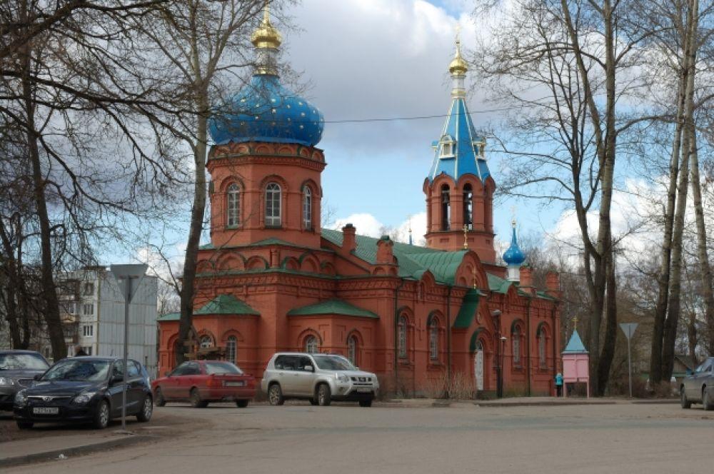 Храм Александра Невского выбивается из классического архитектурного стиля церквей, поэтому часто становится объектом внимания туристов.