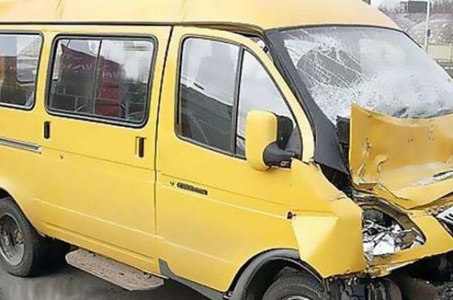В Омске произошло столкновение трамвая и маршрутки.