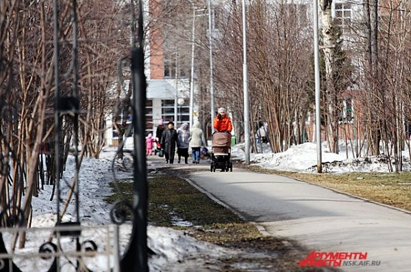 После долгой зимы горожане с удовольствием выходят на прогулки.
