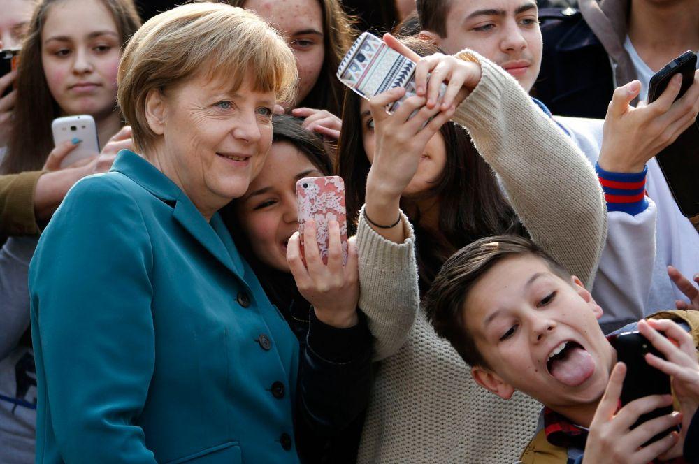 Не секрет, что на данный момент списки самых влиятельных женщин мира возглавляет федеральный канцлер Германии Ангела Меркель. Она занимает этот пост с ноября 2005 года и с тех пор получила множество наград и премий, но самым говорящим о ней, пожалуй, является то, что иногда её называют «тевтонская Маргарет Тэтчер».