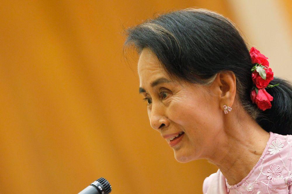 В Мьянме одним из главных политических деятелей уже долгие годы остаётся Аун Сан Су Чжи, лидер «Национальной лиги за демократию». Именно она в августе 1988 года обратилась к многомиллионной толпе с призывом установить демократическую власть, после чего была арестована. Ей предлагали свободу, если она покинет страну, но Аун Сан Су Чжи отказалась. В 1991 году она получила Нобелевскую премию мира, а сейчас является одним из самых гибких и влиятельных политиков в регионе и пользуется покровительством Пан Ги Муна.