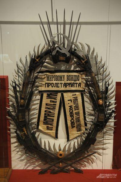 Самое лучшее название этому погребальному ленинскому венку – «Реальная жесть». Потому что основа – и впрямь жесть, украшенная винтами, болтами, гаечными ключами и даже винтовочными обоймами. Марат Гельман отдыхает. Зато налицо настоящее «революционное творчество масс».
