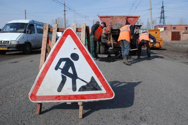 В Омске выполняют ямочный ремонт.