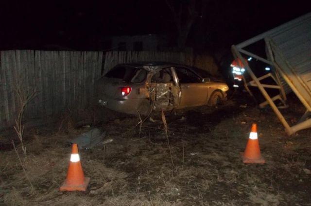 В Омской области автомобиль врезался в столб.