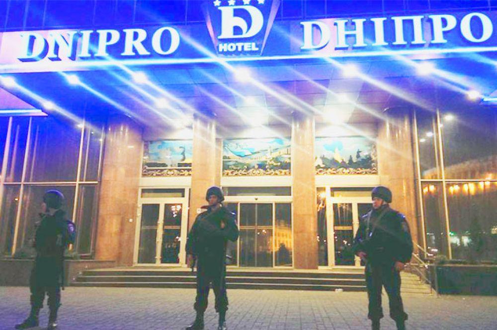 Бойцы Самообороны дежурят у отеля «Днепр» в ночь с 31 марта на 1 апреля