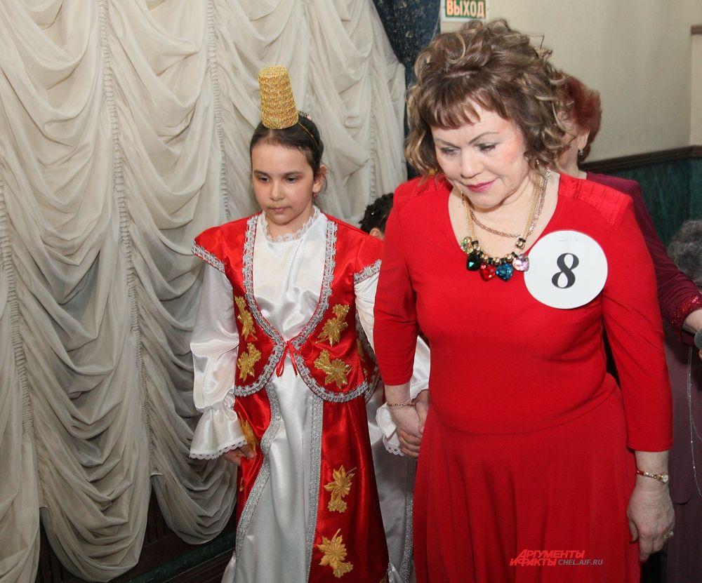 Во время конкурса бабушки участвовали в модном дефиле.