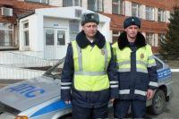 Олег Куцевалов и Виктор Полехин спасли неизвестного мужчину.