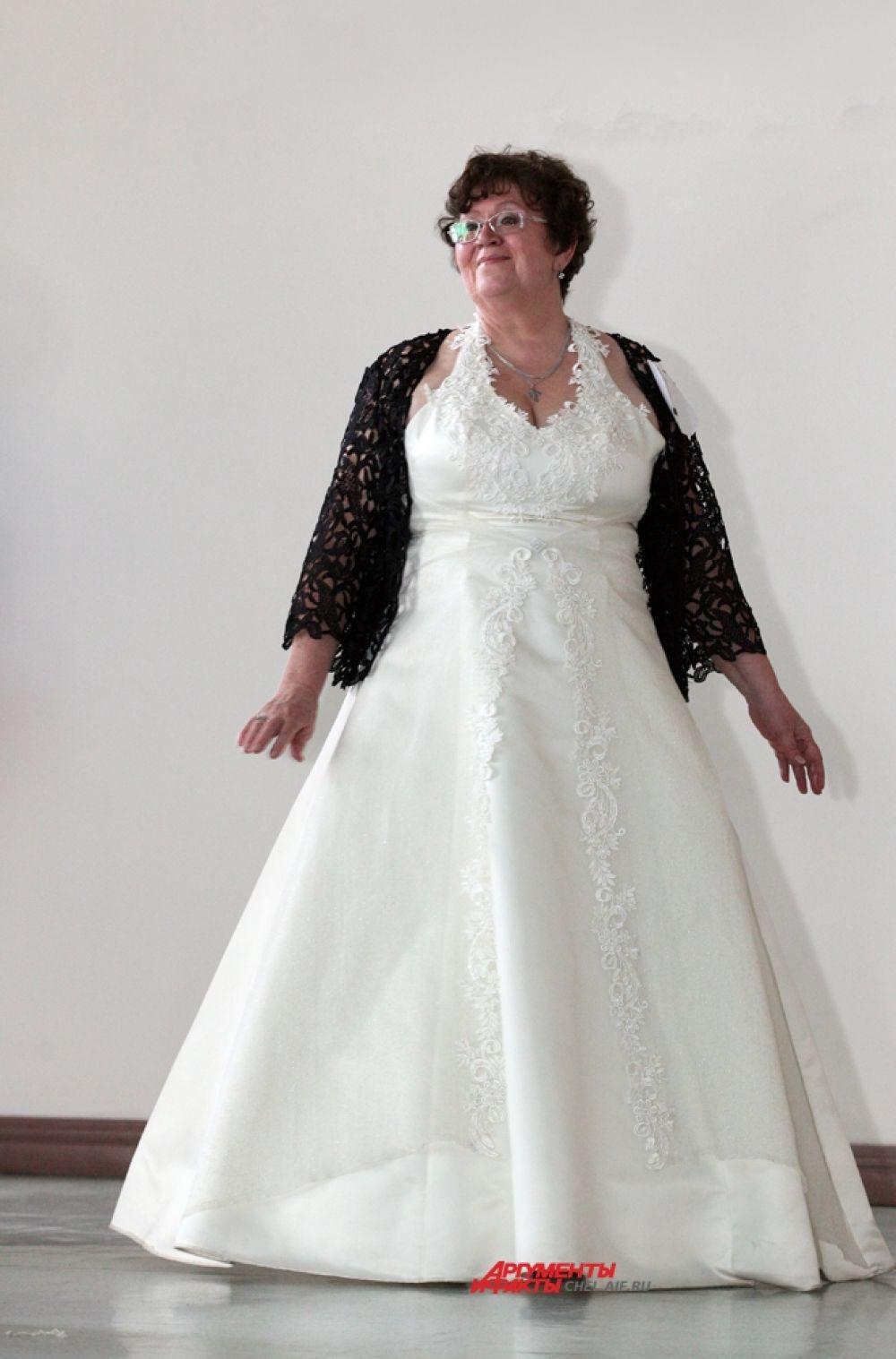 Дефиле конкурсанток в свадебных платьях.