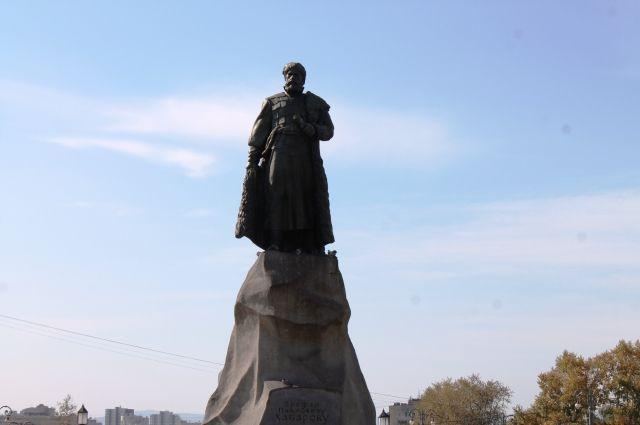 Памятник Ерофею Хабарову на привокзальной площади в Хабаровске