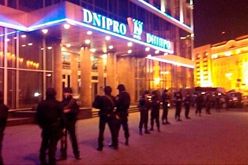 Представители Самообороны окружили столичный отель «Днепр» по периметру