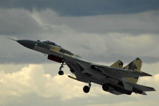 Су-27 в воздухе.