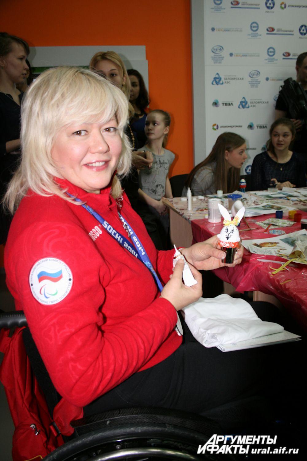 Призер Паралимпиады Оксана Слесаренко решила сделать пасхального кролика.