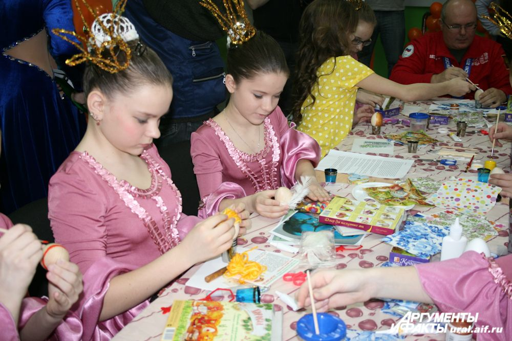 Акция «Пасхальная радость» проходила одновременно с региональным отбором участников летней сессии международного творческого проекта Госкорпорации «Росатом» «Nuclear Kids». Поэтому ребятишки, в ожидании кастинга, расписывали пасхальные яйца прямо в сценических костюмах.
