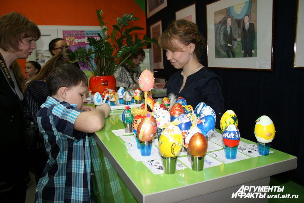 Подписывая свои работы, ребята «благословляли» их в добрый путь. В ближайшее время все пасхальные яйца будут доставлены в Москву.