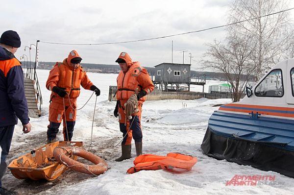 Но люди никак не могут понять: льдина, кажущаяся прочной, может не выдержать человека и сломаться, а спасатели — не успеть к месту происшествия.